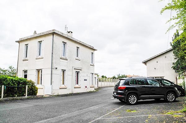 Notre centre de Luxopunture avec son parking, au 40 rue Gaston Baril à Rochefort sur Mer