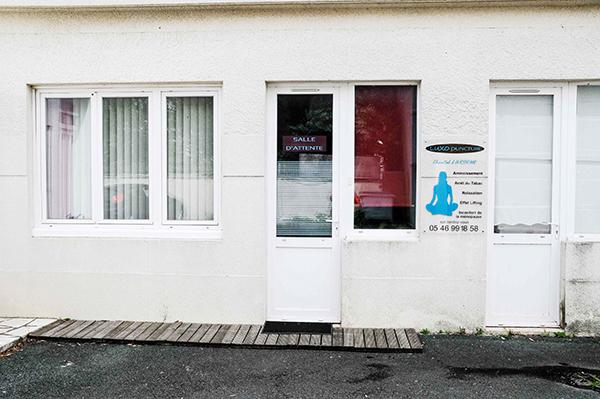 L'entrée de la salle d'attente de notre centre de Luxopunture au 40 rue Gaston Baril à Rochefort sur Mer